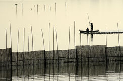 在U Bein的桥梁附近的一个渔夫剪影。 库存照片