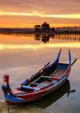 在Ubein桥梁在日出,曼德勒,缅甸的木小船 库存图片