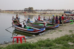 在Ubein桥梁的木小船 免版税图库摄影