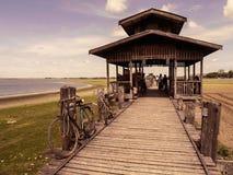 在Ubein桥梁的自行车 库存图片