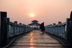 在Ubein桥梁缅甸的日出 免版税库存照片