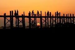 在Uben桥梁的日落 库存照片