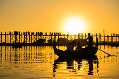 在Ubeng桥梁的日落,最长的木桥在曼德勒,缅甸 免版税库存图片