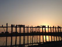 在Ubeng桥梁的美好的日落 图库摄影