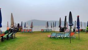 在Ubolrat reservior的绿色海滩 库存照片