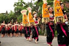 在Ubud的传统巴厘语妇女游行 免版税库存图片
