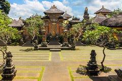 在Ubud附近的印度寺庙,蓝天-巴厘岛,印度尼西亚 免版税库存图片
