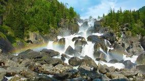 在Uchar瀑布,阿尔泰,俄罗斯的彩虹 股票录像