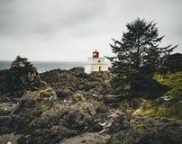 在Ucluelet狂放的和平的足迹的不列颠哥伦比亚省加拿大附近的灯塔西海岸温哥华岛 库存照片