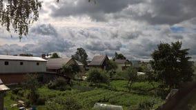在Uglich和我的美丽如画的天空将称它剧烈 照片在2016年7月拍了 免版税库存图片