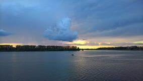 在Uglich天空的惊人云彩在日落的 免版税库存图片