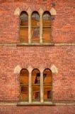 在uilding维多利亚女王时代的b的被成拱形的窗口 图库摄影