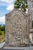 在Ujung水宫殿,巴厘岛,印度尼西亚向被雕刻的片剂扔石头 免版税库存图片