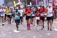 在Ultra Marathon同志的公和母赛跑者 免版税库存照片