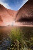 在Uluru之下的池 库存图片