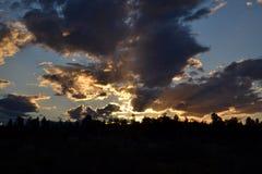 在Uluru附近的多云日落 免版税库存照片