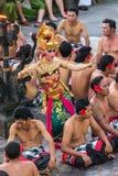 在Uluwatu寺庙的传统巴厘语Kecak舞蹈在巴厘岛,印度尼西亚 免版税图库摄影