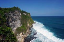 在Uluwatu寺庙巴厘岛的峭壁 图库摄影