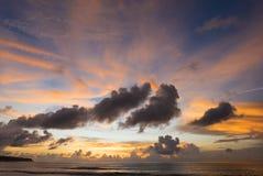 在Uluwatu海滩的惊人的日落在巴厘岛 印度尼西亚 库存照片