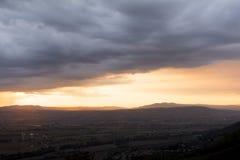 在Umbrian亚平宁山脉的stormly火热的日落在夏天 免版税库存照片