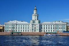 在Universitetskaya堤防的Kunstkamera在圣彼德堡,俄罗斯 免版税库存图片