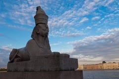 在Universitetskaya堤防,圣彼德堡,俄罗斯的狮身人面象 免版税库存照片