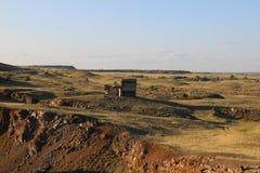 在Ura的干草原的偏僻的被放弃的大厦 免版税库存照片