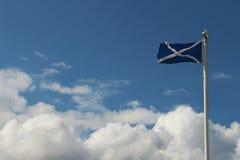 在Urquhart城堡,尼斯湖,苏格兰的旗子 免版税库存图片