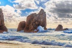 在Ursa海滩的金黄日落海角Roca,辛特拉,葡萄牙 库存图片