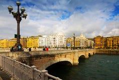 在Urumea河的圣卡塔利娜桥梁 Sant塞巴斯蒂安 免版税库存照片