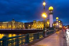 在Urumea河的Zurriola桥梁在夜 Donostia 免版税图库摄影