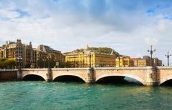 在Urumea的圣卡塔利娜桥梁 Donostia 库存照片