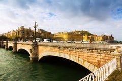 在Urumea的圣卡塔利娜桥梁 Sant塞巴斯蒂安 免版税库存照片