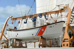 在USCGC Ingham (WHEC-35)的救生艇 免版税库存图片
