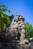在Ushijima寺庙寺庙,东京,日本的狮子雕象 库存图片