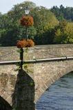 在Usk桥梁的花卉展示 免版税库存照片