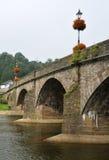 在Usk桥梁的花卉展示 库存图片