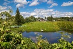 在Ust-Vym附近村庄的古典俄国农村风景  库存照片
