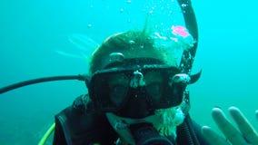 在Utila特写镜头selfie的妇女潜水 股票视频