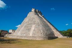 在Uxmal的Adivino金字塔在尤卡坦半岛 库存图片