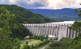在Uz河的水坝在巴克乌,罗马尼亚 库存图片