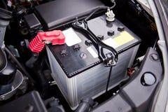 在V-8马达附近被安装的电池在SUV 免版税库存照片
