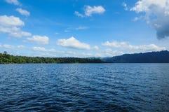 在Vachiralongkorn水坝的蓝天 免版税库存照片
