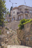 在Vadi Nisnas处所的狭窄的街道,海法,以色列 免版税库存照片