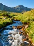 在Vagar海岛,法罗群岛上的山风景 库存图片