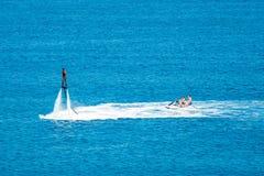 在Vai海滩的Flyboard展示在克里特岛,希腊 Flyboard是新的壮观的extr 库存图片