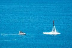 在Vai海滩的Flyboard展示在克里特岛,希腊 Flyboard是新的壮观的extr 图库摄影