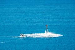 在Vai海滩的Flyboard展示在克里特岛,希腊 Flyboard是新的壮观的extr 免版税库存图片
