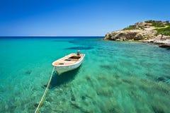 在Vai海滩蓝色盐水湖的小船  免版税图库摄影
