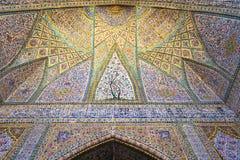 在Vakil清真寺墙壁上的美丽的老装饰的绘的马赛克  免版税库存图片